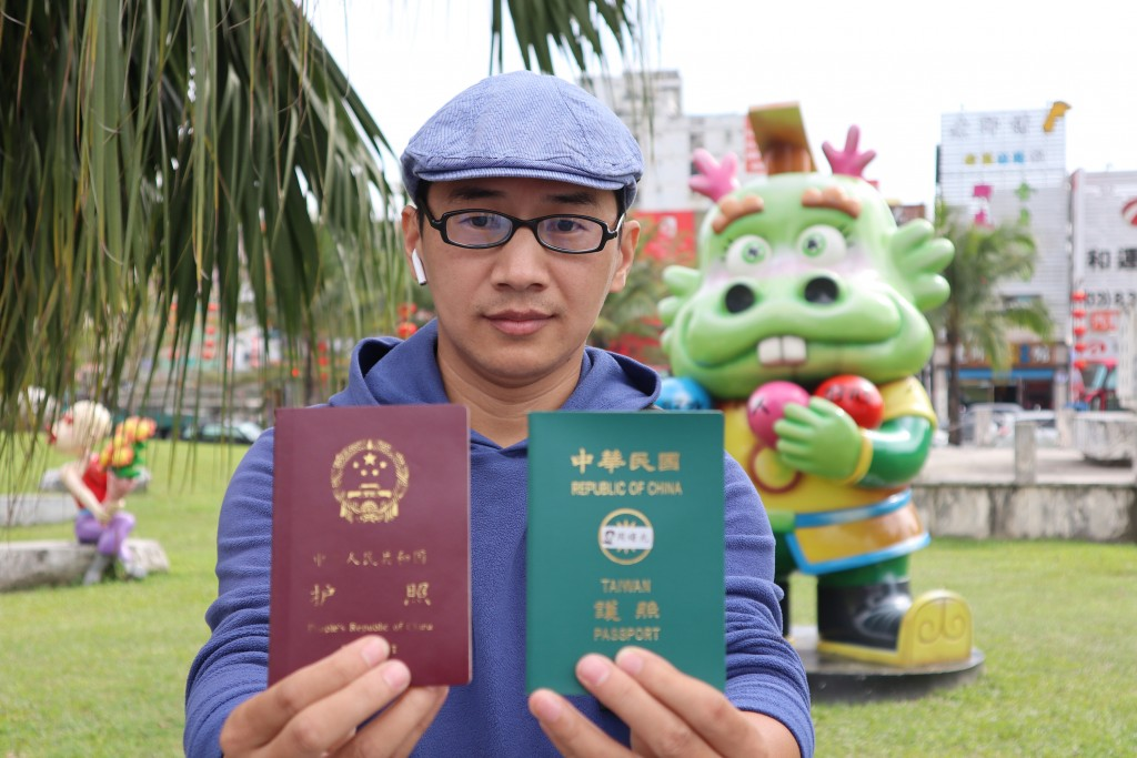 Dissident blogger burns Chinese passport, calls on Taiwanese to vote