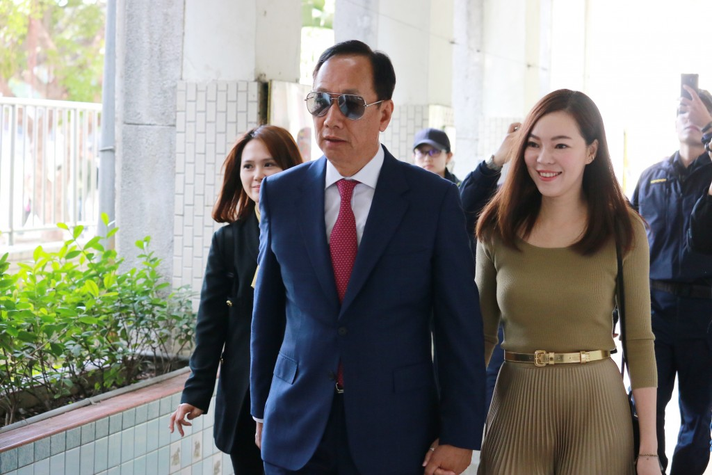 Terry Gou (left) and wife cast their votes.