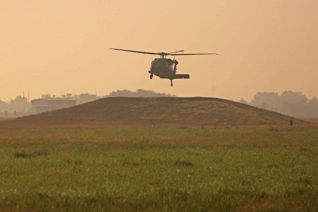 國防部15日表示,UH-60M黑鷹直升機已全面檢查完成, 戰備、救護任務不受影響。一架空軍救護隊黑鷹正在嘉 義基地執行訓練任務。 中央社記...