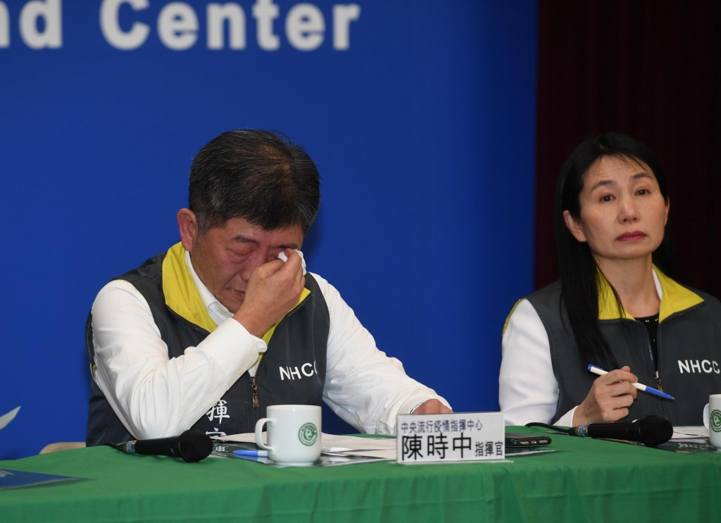Chen Shih-chung crying while announcing 11th case.