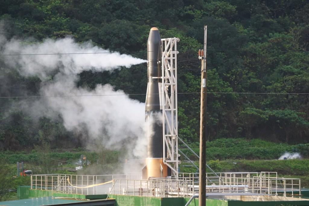 由晉陞太空科技打造的「飛鼠一號(HAPITH-I)」火箭 原預定13日清晨6時至7時發射,數次測風向皆不利飛行 ,最後一度點火,但還是沒發...