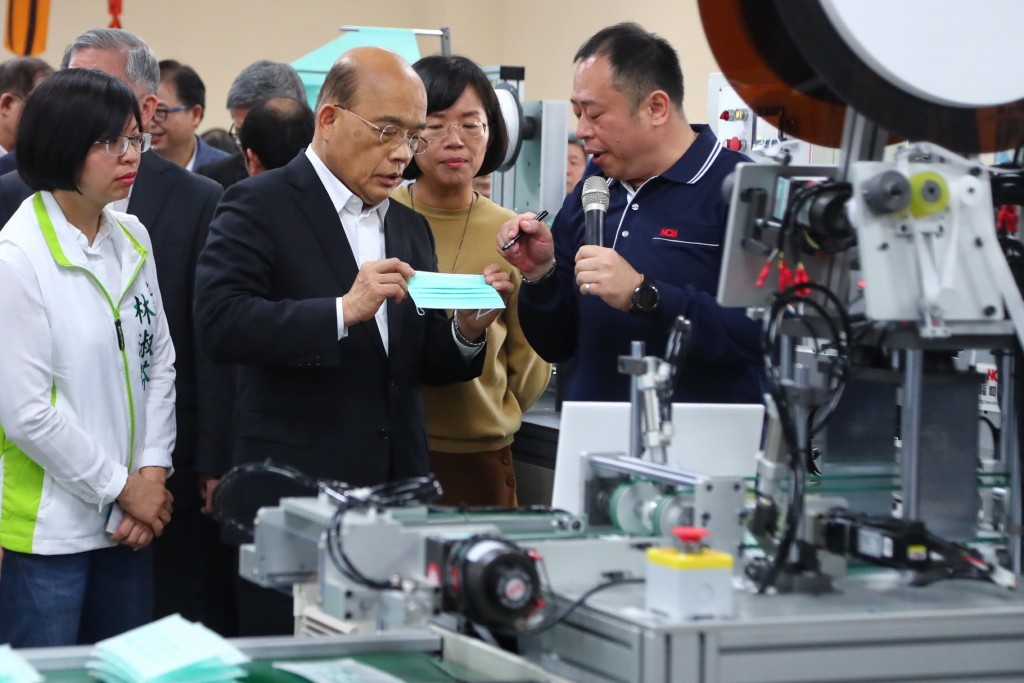 Premier Su Tseng-chang visits facial mask machinery manufacturer.