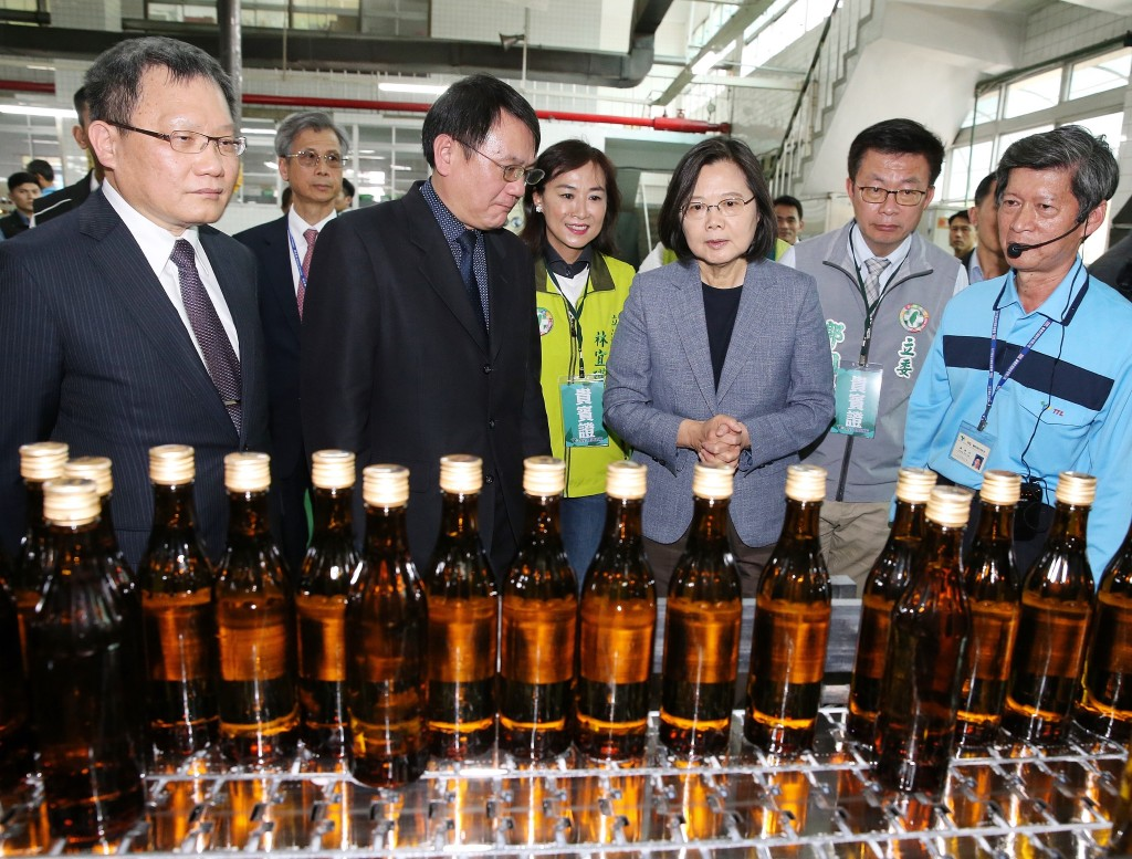 Tsai Ing-wen inspects rubbing alcohol production.