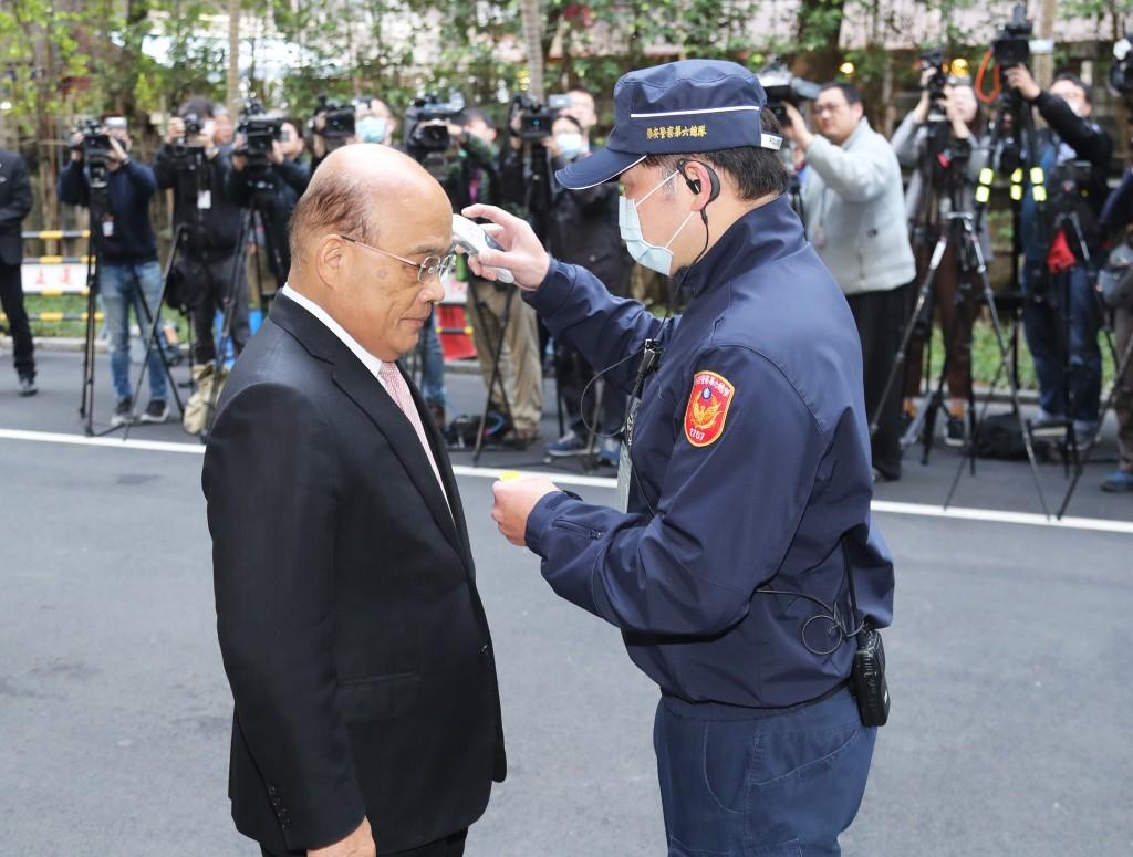 Premier Su Tseng-chang (蘇貞昌) gets his temperature checked.