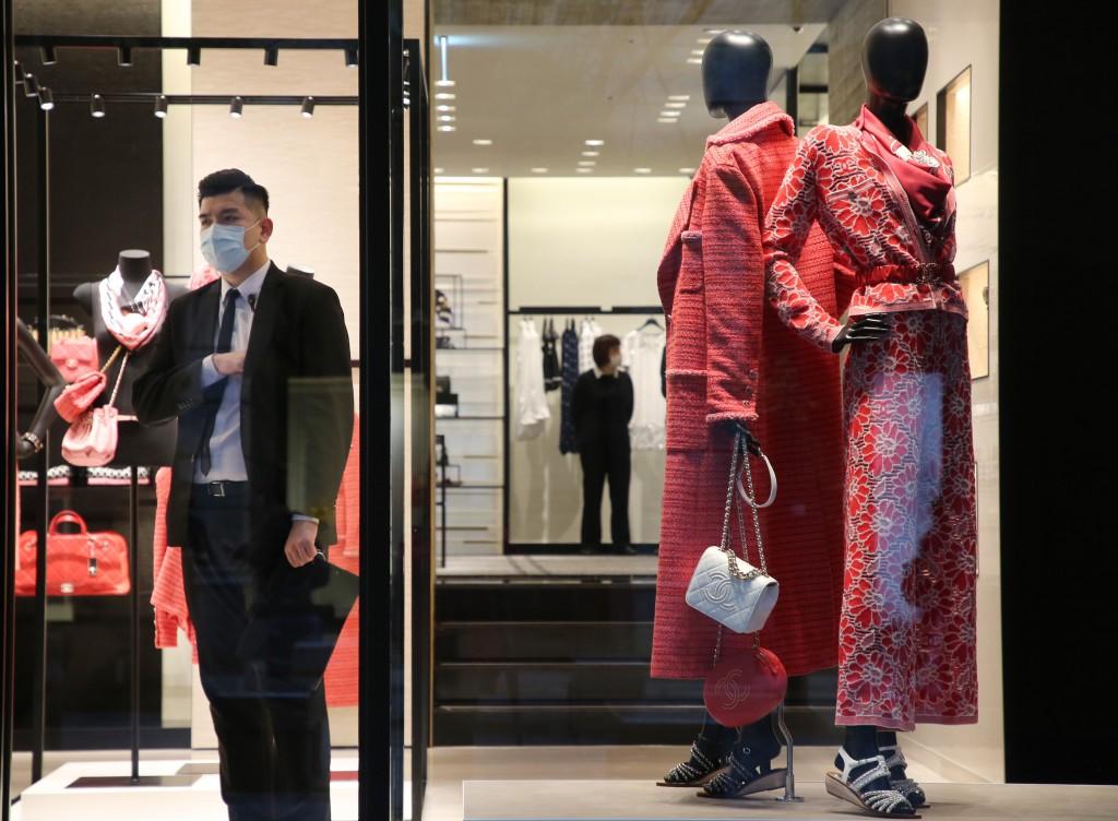 武漢肺炎疫情對台灣產業鏈造成衝擊,也影響消費者購 物意願,經濟部統計,零售業中的百貨公司與購物中心 人潮衰退約3成,營業額減少2成 中央社...