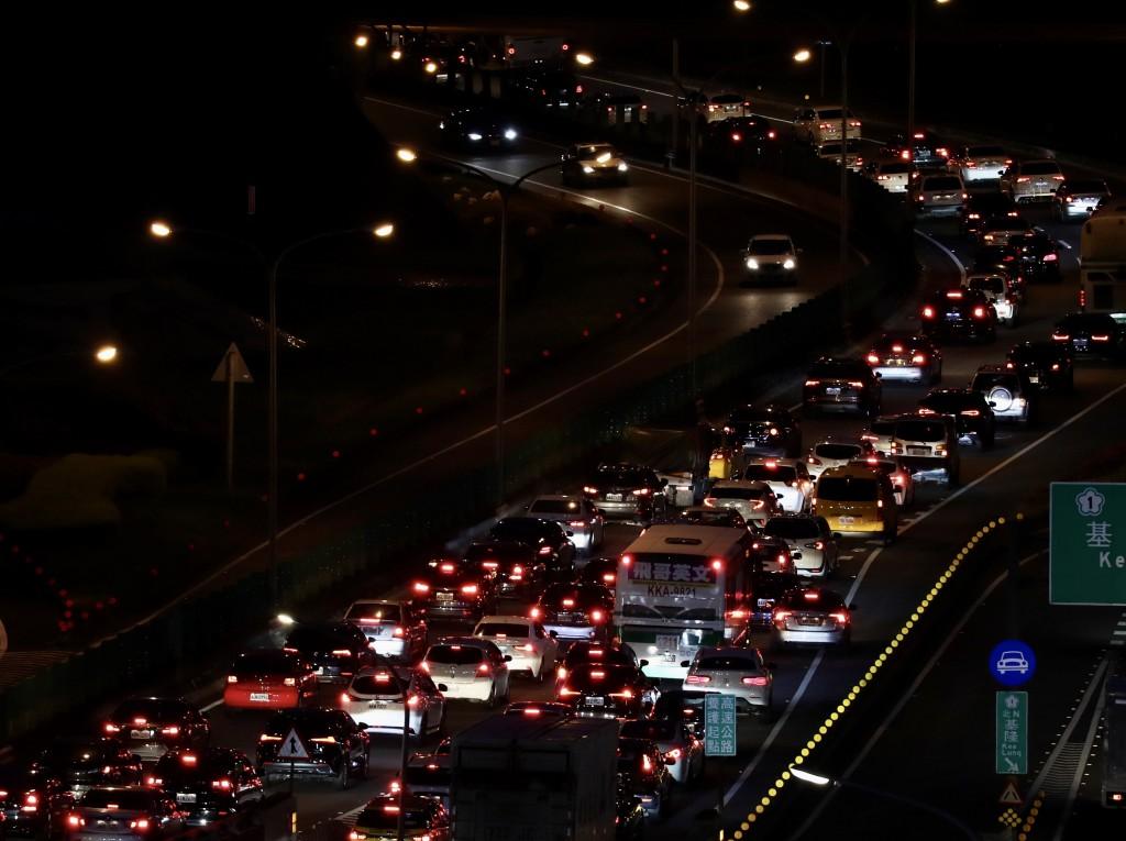 端午4天連假25日即將展開,高速公路局觀察,北部路 段24日下午開始就塞車,傍晚後更嚴重,晚間長長車龍 在道路上延伸。 中央社記者張...