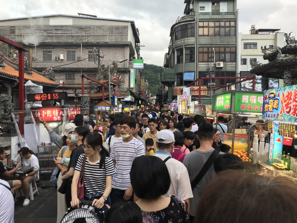 端午連假展開,台北市夜市、商圈25日湧現逛街人潮, 業者評估,消費、逛街人潮回流約8成。圖為士林夜市 。