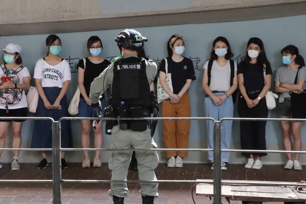 「港區國安法」6月30日深夜生效後,許多港人7月1日 走上街頭遊行抗議。由於遊行未獲警方批准,港警在警 告後,以涉嫌違反公安條例等逮捕了數...