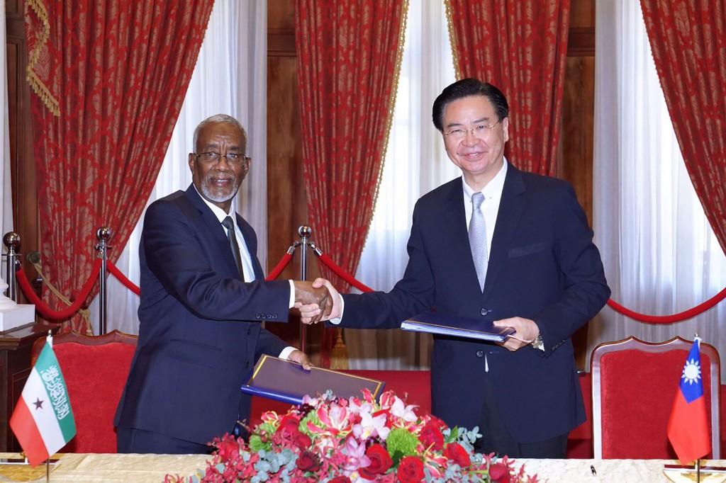 外交部長吳釗燮(右)2月26日與來台訪問的索馬利蘭外長穆雅辛簽署議定書,同意兩國互設代表處(照片來源:外交部/中央社提供)