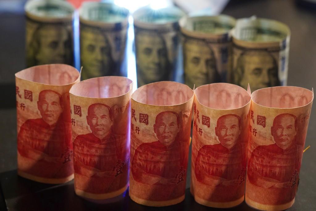 隨著台股一路走高、美元指數轉弱,新台幣兌美元2日 收盤收在29.586元,升2.6分,再次改寫逾2年新高紀錄 。 中央社記者徐肇昌攝...