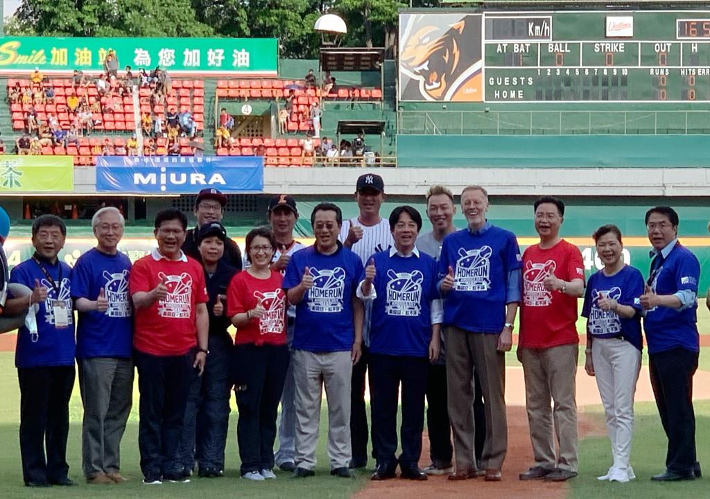 美國在台協會4日在台南棒球場舉行「美國日. 紅不讓!」活動,台美官員共襄盛舉
