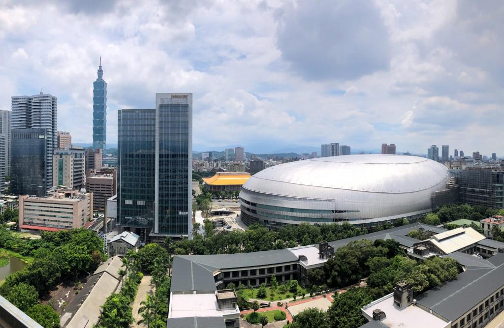 施工中的台北大巨蛋與台北市景
