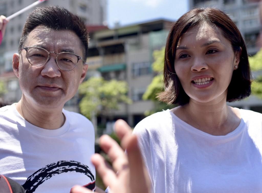 國民黨主席江啟臣(左)12日南下替黨籍高雄市長補選 參選人李眉蓁(右)輔選