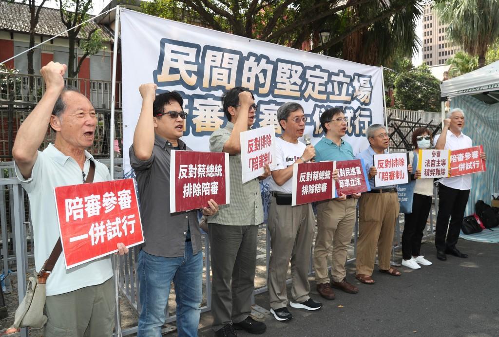 「陪審參審一併試行推動大聯盟」15日在立法院大門口前舉辦記者會