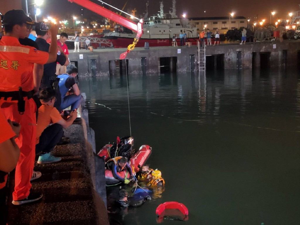 4 men drown after taxi falls off pier in C. Taiwan