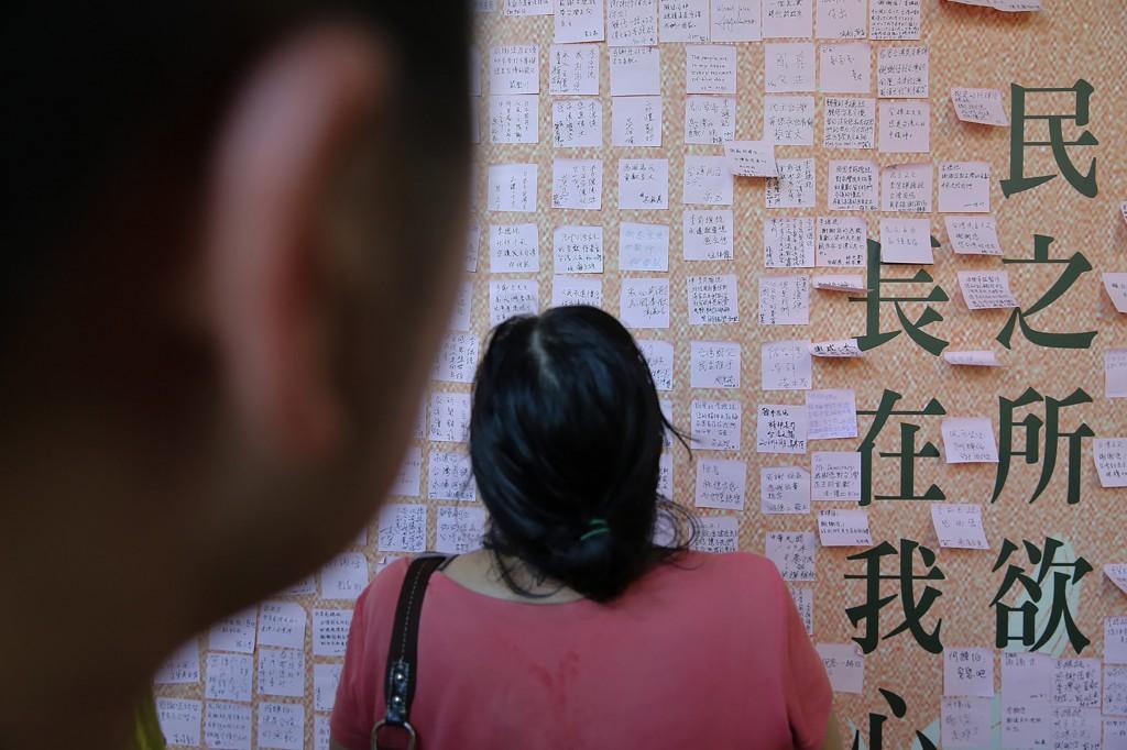 民眾1日前往位在台北賓館的前總統李登輝追思會場, 追思牆上貼滿民眾寫的緬懷條紙,不捨溢於言表。 中央社記者游凱翔攝 109年8月1日