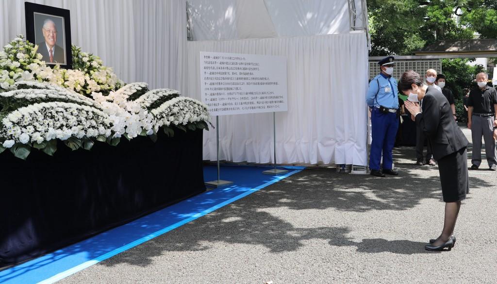 Tokyo Governor Yuriko Koike pays respects late Taiwanese President Lee Teng-hui.
