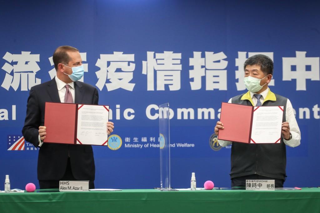 台灣與美國10日首度簽署醫衛合作瞭解備忘錄,由美國衛生部長阿札爾(左)與衛生福利部長陳時中共同見證