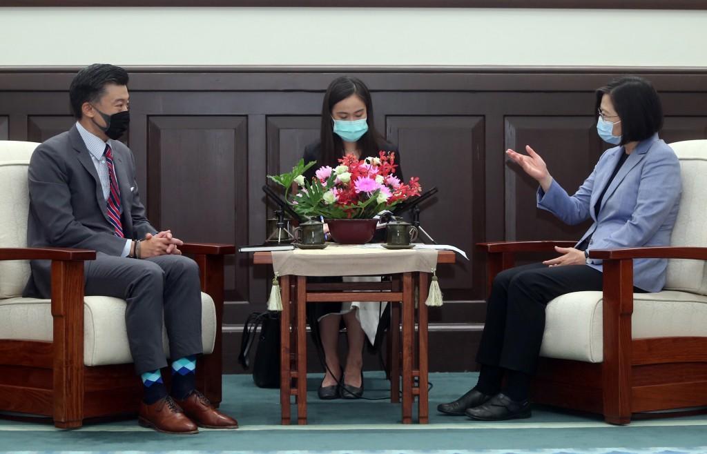 總統蔡英文(右)18日在總統府接見台北市美國商會會長金奇偉