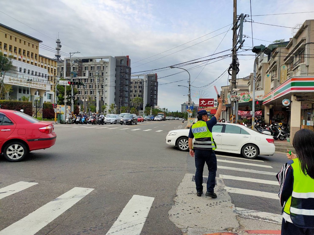 為維護路口安全及行人路權,台中市警察局將於9月1日 起,展開為期1個月的交通大執法,包括西屯區台灣大 道與安和路口、台灣大道與文心路口等1...