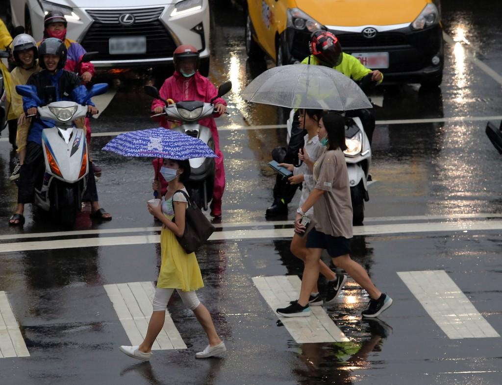 中央氣象局表示,今天東北風增強,桃園以北及東半部有局部陣雨。(中央社檔案照)