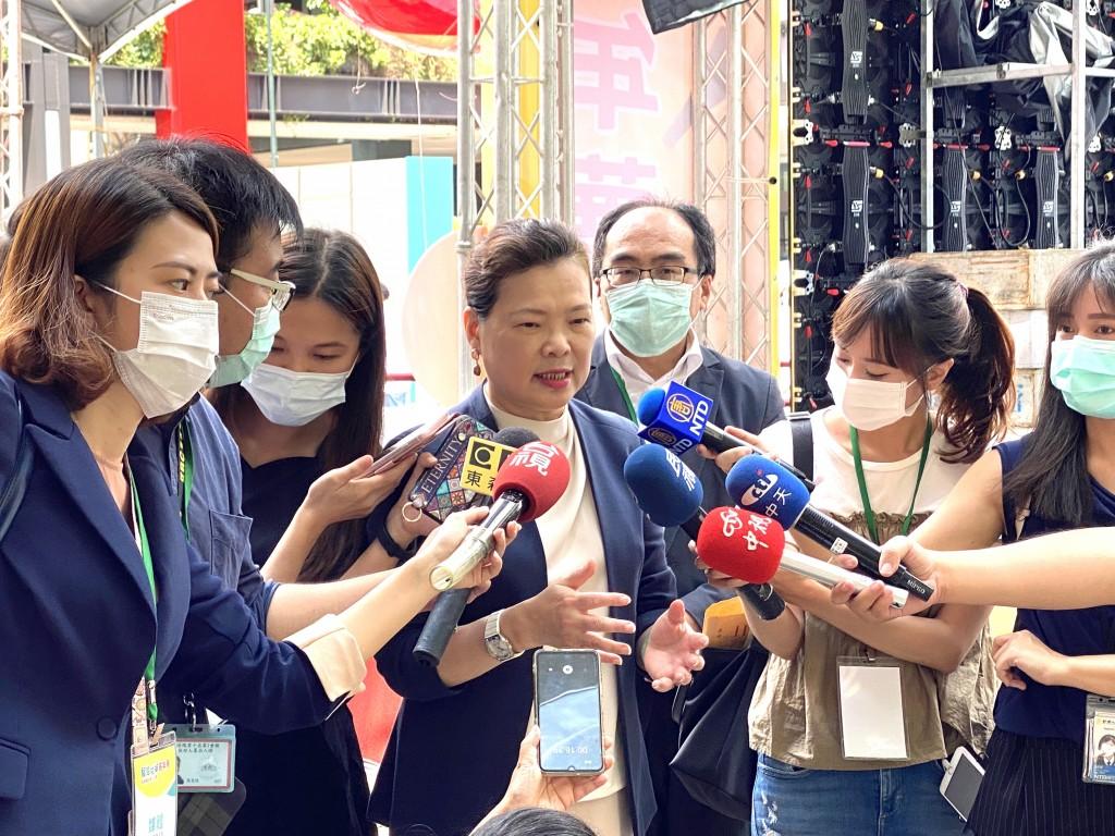 經濟部長王美花5日針對加利公司進口中國製工業用口罩混充台灣製醫療口罩一事受訪