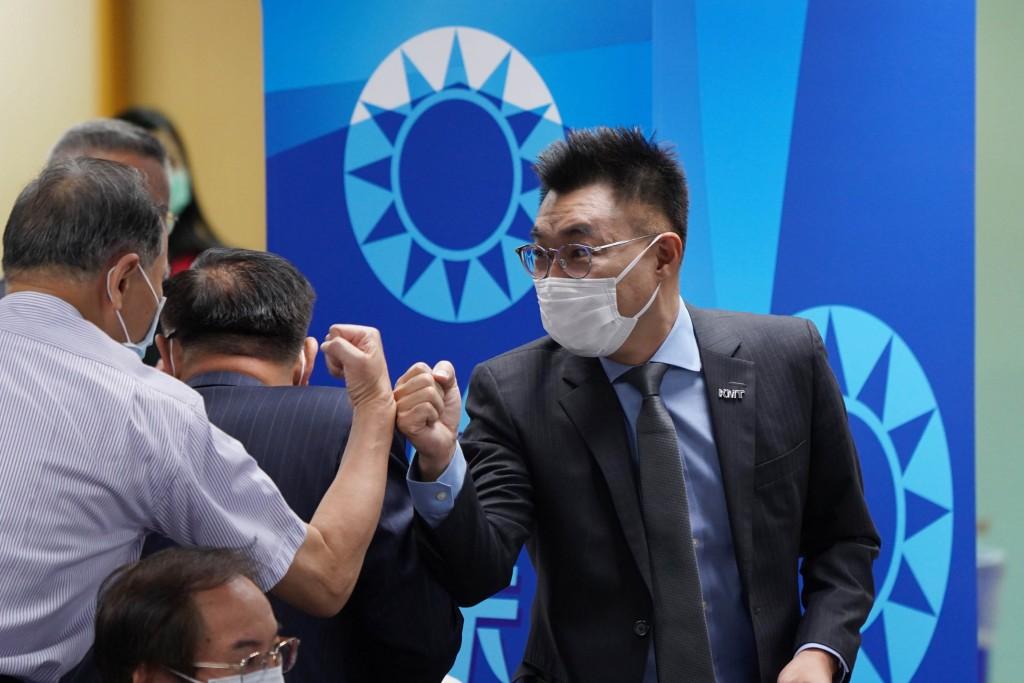 國民黨主席江啟臣(右)出席中評會致意