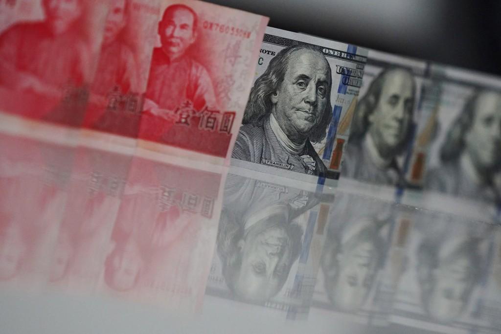新台幣匯率收盤升破29元大關,終場收在28.96元,攻破有「楊金龍防線」之稱的29元整數關卡。