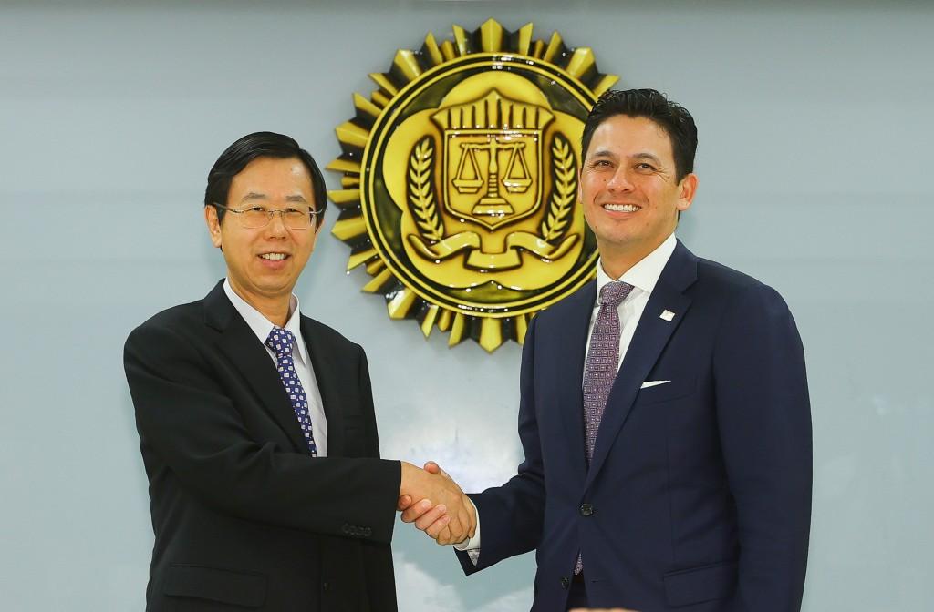 Investigation BureauDirector-General Leu Weng-jong andFBIrepresentative inTaiwanNicholas Garcia