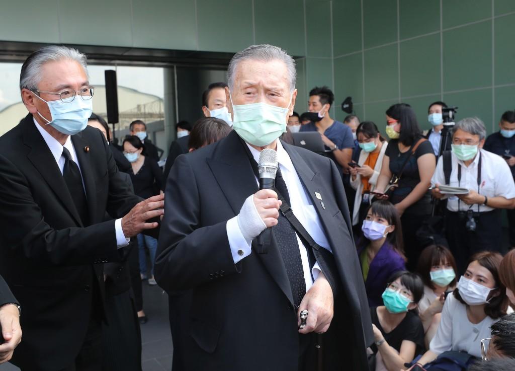 日本前首相森喜朗(前中)19日離台前發表談話