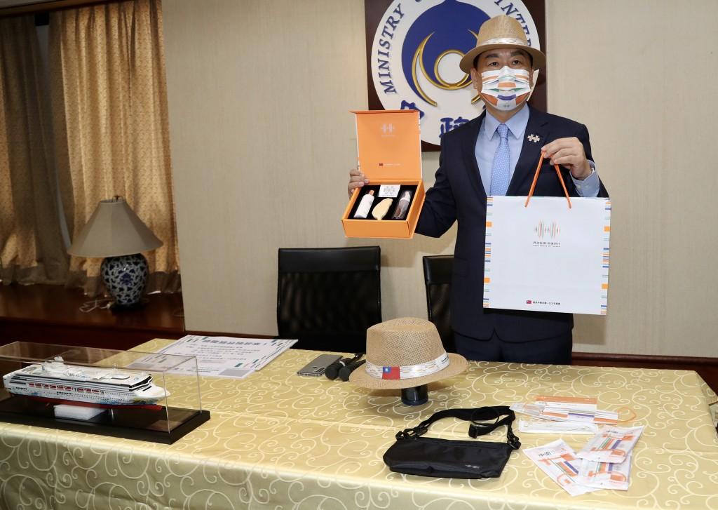 國慶籌備委員會秘書長陳宗彥21日公布109年國慶紀念品