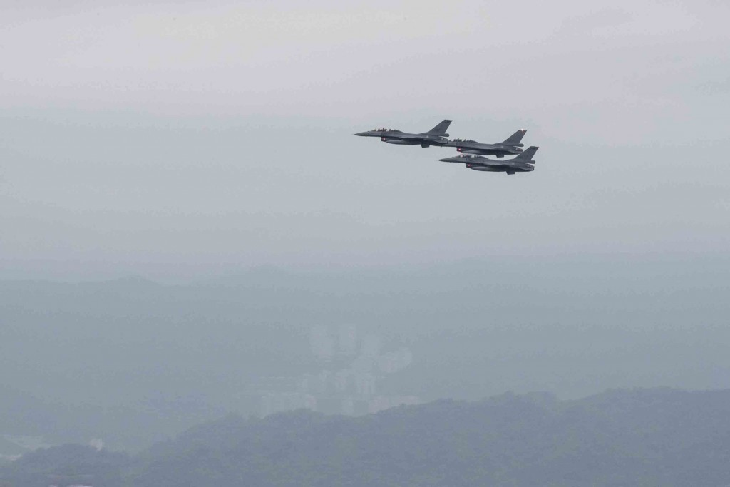 F-16V fighter jets fly over Taipei on Sept. 24 (Military News Agency photo)