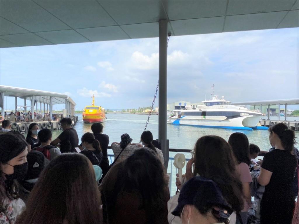 People queue to board ships for Xiaoluiqiu