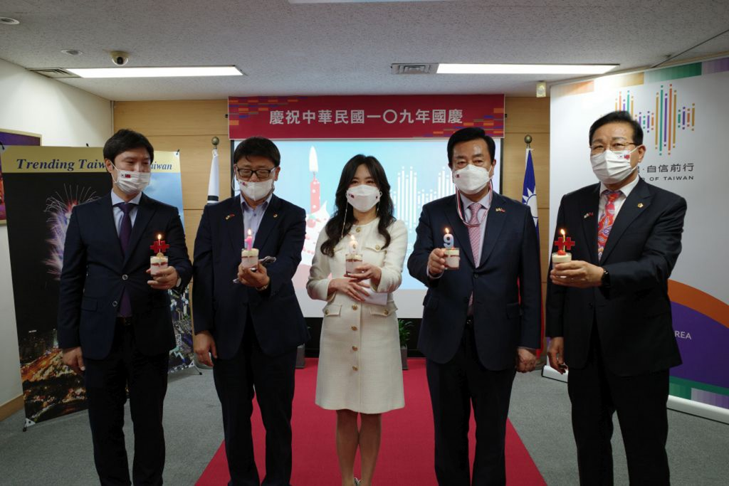 Officials from Taiwan's office in Busan, South Korea. (Busan Taipei Economic and Trade Office photo)