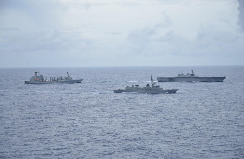 加賀號護衛艦(DDH-184)(右)為日本海上自衛隊最 大艦艇,美國總統川普去年5月訪日曾經登上加賀號視 察。 (第7艦隊提供) ...
