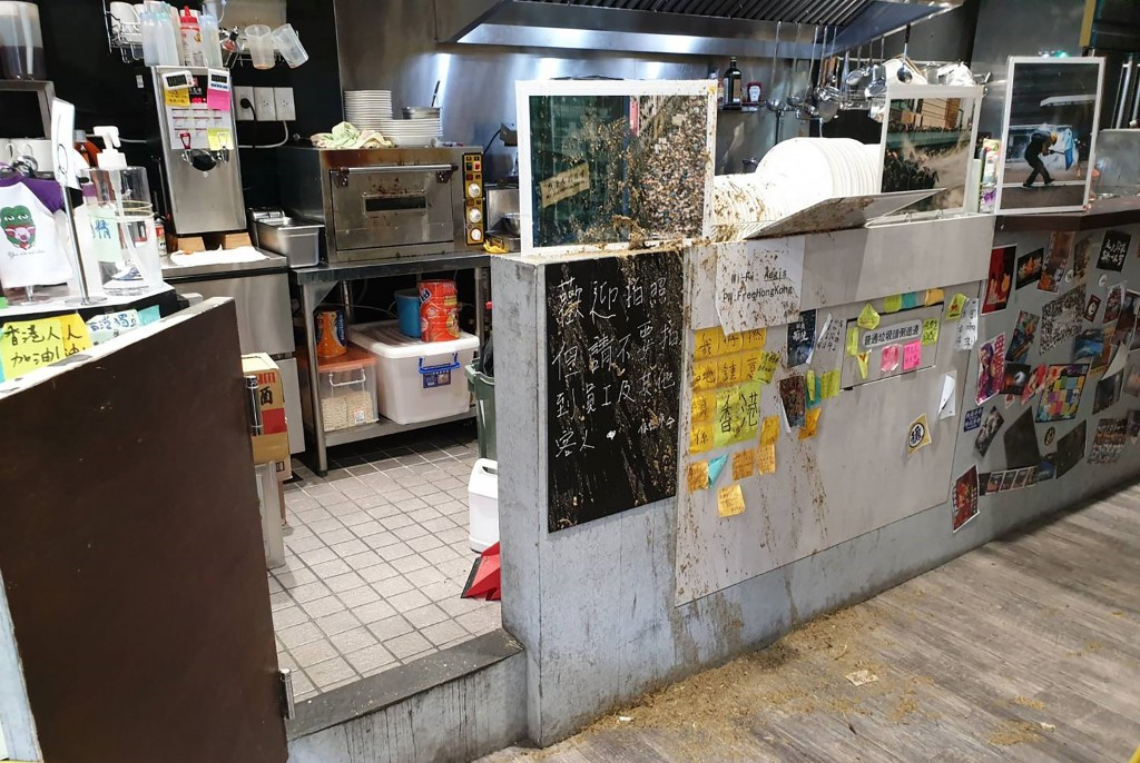 Lee Chao-hsing colluded with others to vandalize the Aegis restaurant with chicken feces.