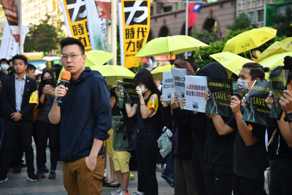 Video shows supporters of '12 Hong Kong Youths' burning Chinese flag in Taipei