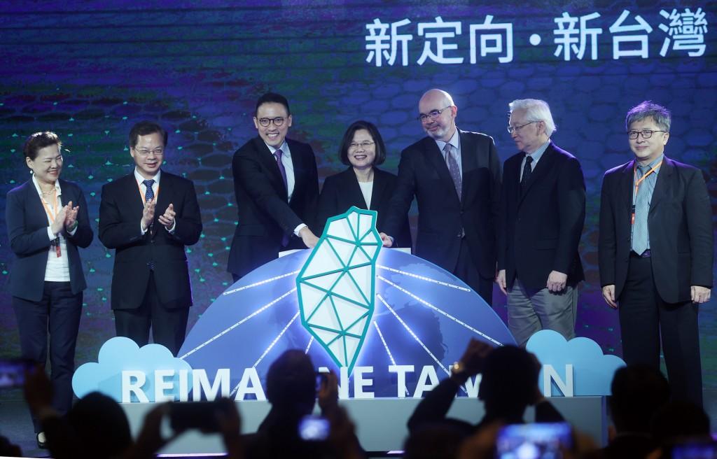 Ken Sun (third from left), President Tsai Ing-wen (center).