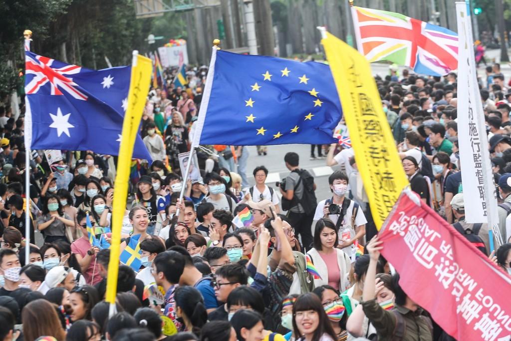 2020第18屆台灣同志遊行31日下午在台北市政府前廣場 登場,,部分國家駐台機構也參與