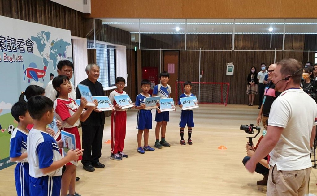 Pingtung County holds press event on English education.
