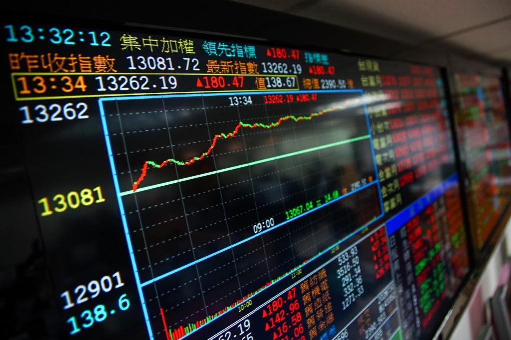 台股11日買盤湧入塑化、金融類股,終場指數收在最高 13262.19點,再創歷史新高。 中央社記者王騰毅攝 109年11月11日