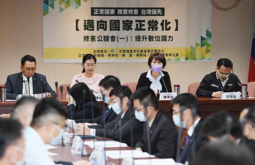 民進黨立委陳亭妃(後右2)11日在立法院舉行邁向國家正常化修憲草案公聽會