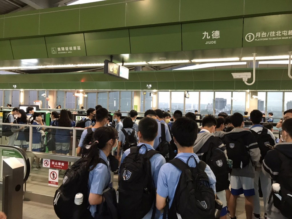 Taichung MRT Green Line draws 70,000 on first day of free rides