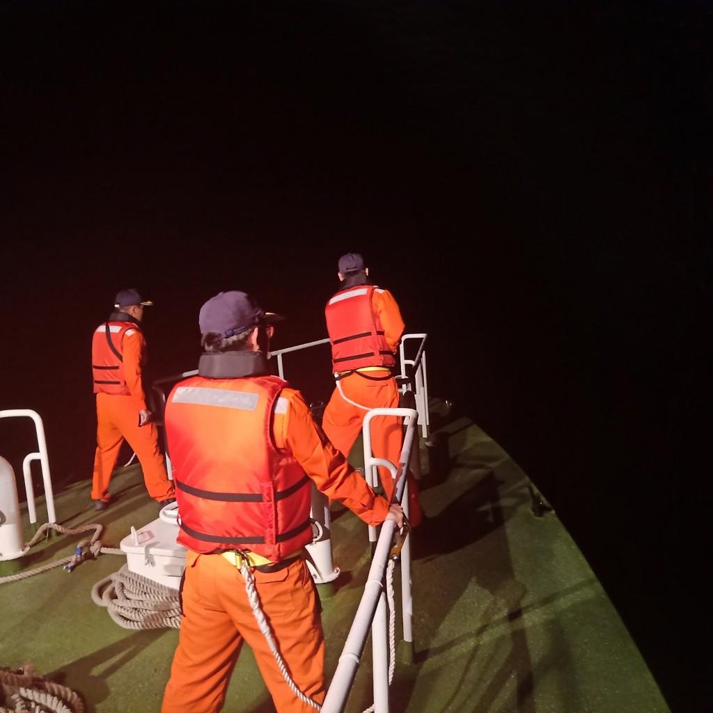 空軍花蓮基地一架F-16A戰機17日夜航訓練意外失聯, 隨即從海空分頭展開搜尋,海巡署獲報也派出1艦4艇搜救中。