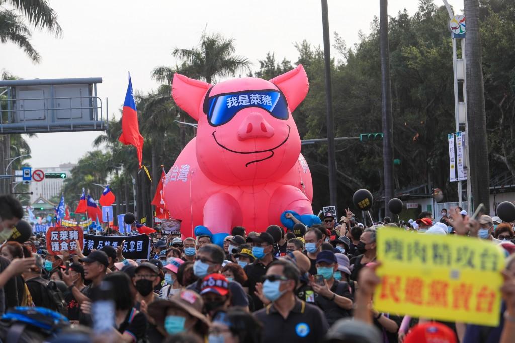 工運指標活動「秋鬥」22日下午登場,遊行隊伍分為三 大隊,表達「反毒豬、反雙標、反黨國」訴求。