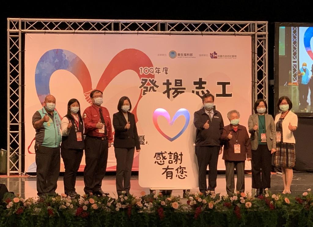 President Tsai Ing-wen (fourthleft) praised role of volunteers infightagainst the coronavirus.