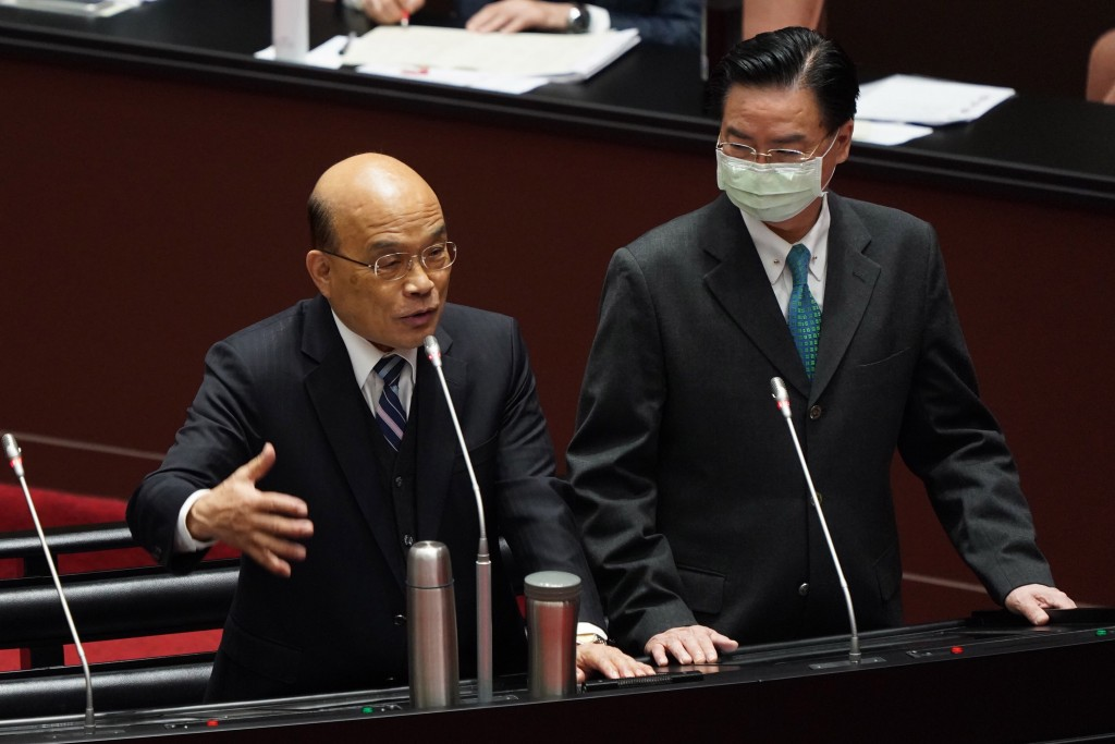 行政院長蘇貞昌( 左)與外交部長吳釗燮(右)11日於立法院列席備詢