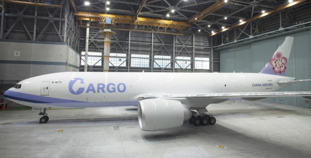 華航首架有台灣意象的波音777貨機彩繪塗裝,14日曝 光,機身前段在標註貨機的英文字CARGO的C中,藏有台 灣形狀的圖案。 (華航...