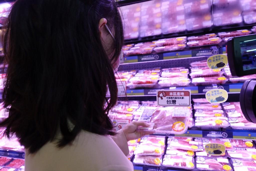 台灣自民國110年元旦起將開放含萊克多巴胺美豬進口 ,六都皆修訂相關自治條例因應,此外,台北市等還要 求超市、賣場設置不含萊劑專區。...
