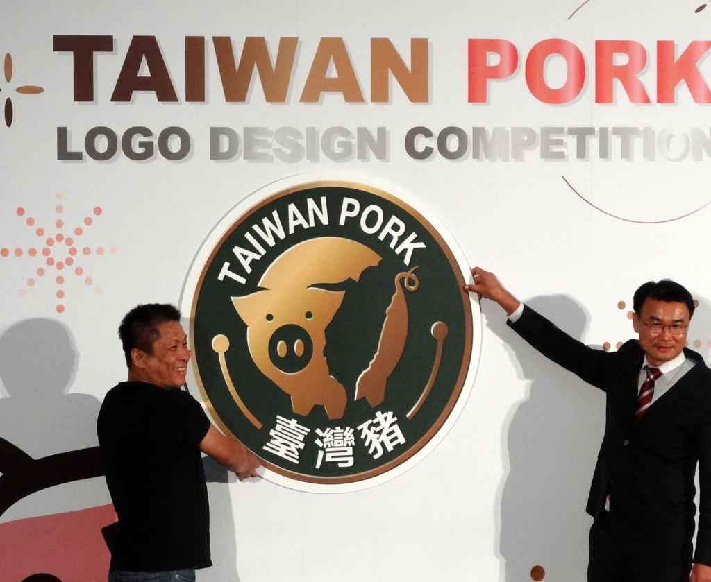 圖為農委會2020年10月公布台灣豬識別標章徵選結果,由農委會主委陳吉仲(右)揭曉標章樣式。